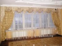 Оформление интерьера гостиной гардинами