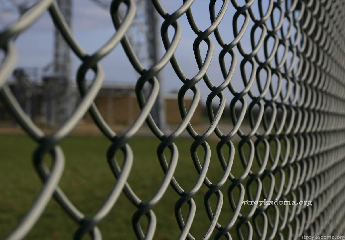 Забор из сетки рабицы: как создать такое ограждение на приусадебном участке своими руками?