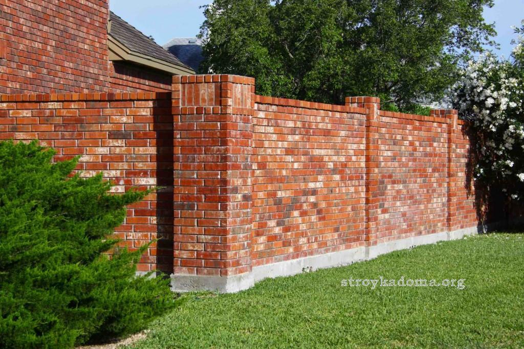 кирпичный забор на участке