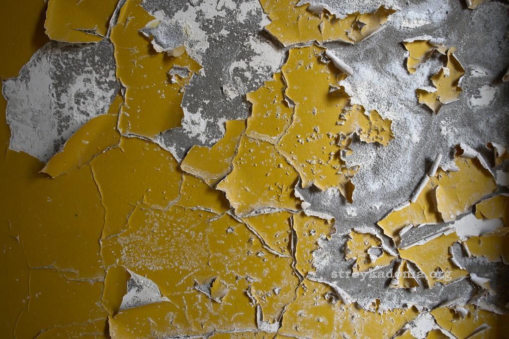 как снять старую краску со стены перед поклейкой обоев