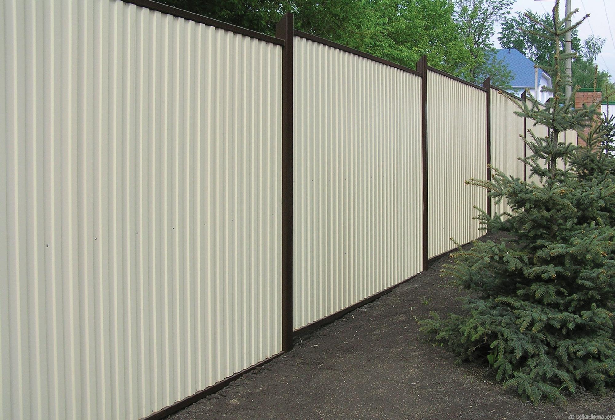 забор из профнастила бежевого цвета фото