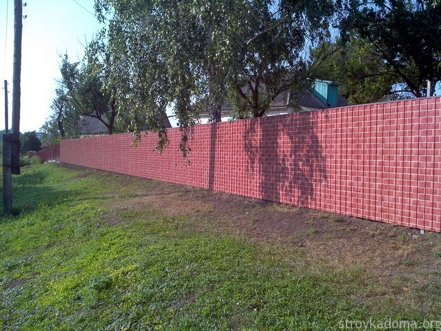 Забор из профнастила под кирпич