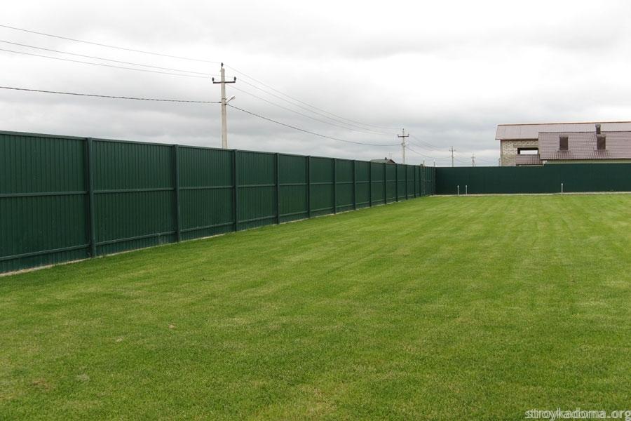 Участок с зеленым забором из профнастила