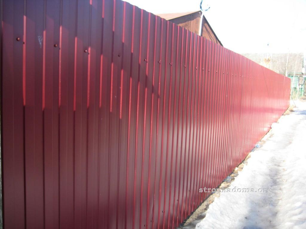 забор из профнастила вишневый
