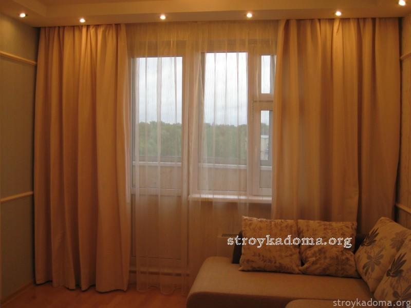 Как выбрать шторы для гостиной с балконом: фото примеры и но.