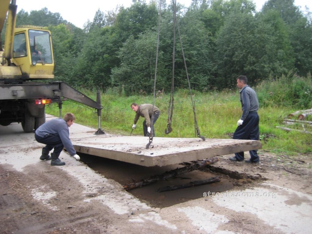 Процесс укладки дорожных плит с помощью крана