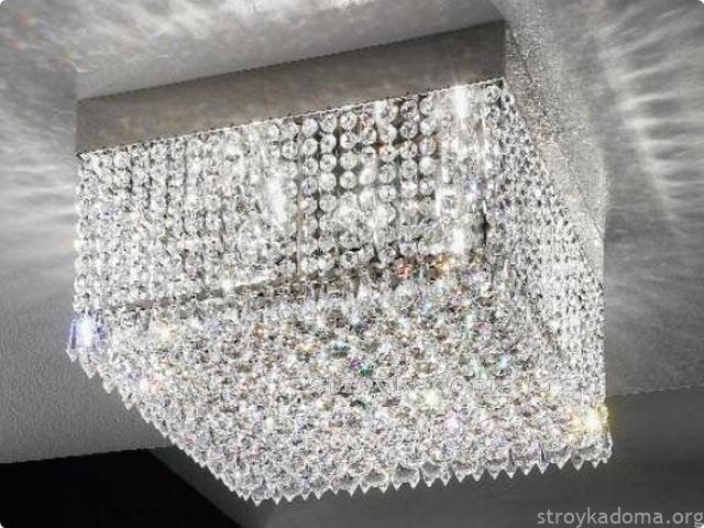foto-potolochnogo-svetilnika-ukrashennogo-hrustalnymi-elementami