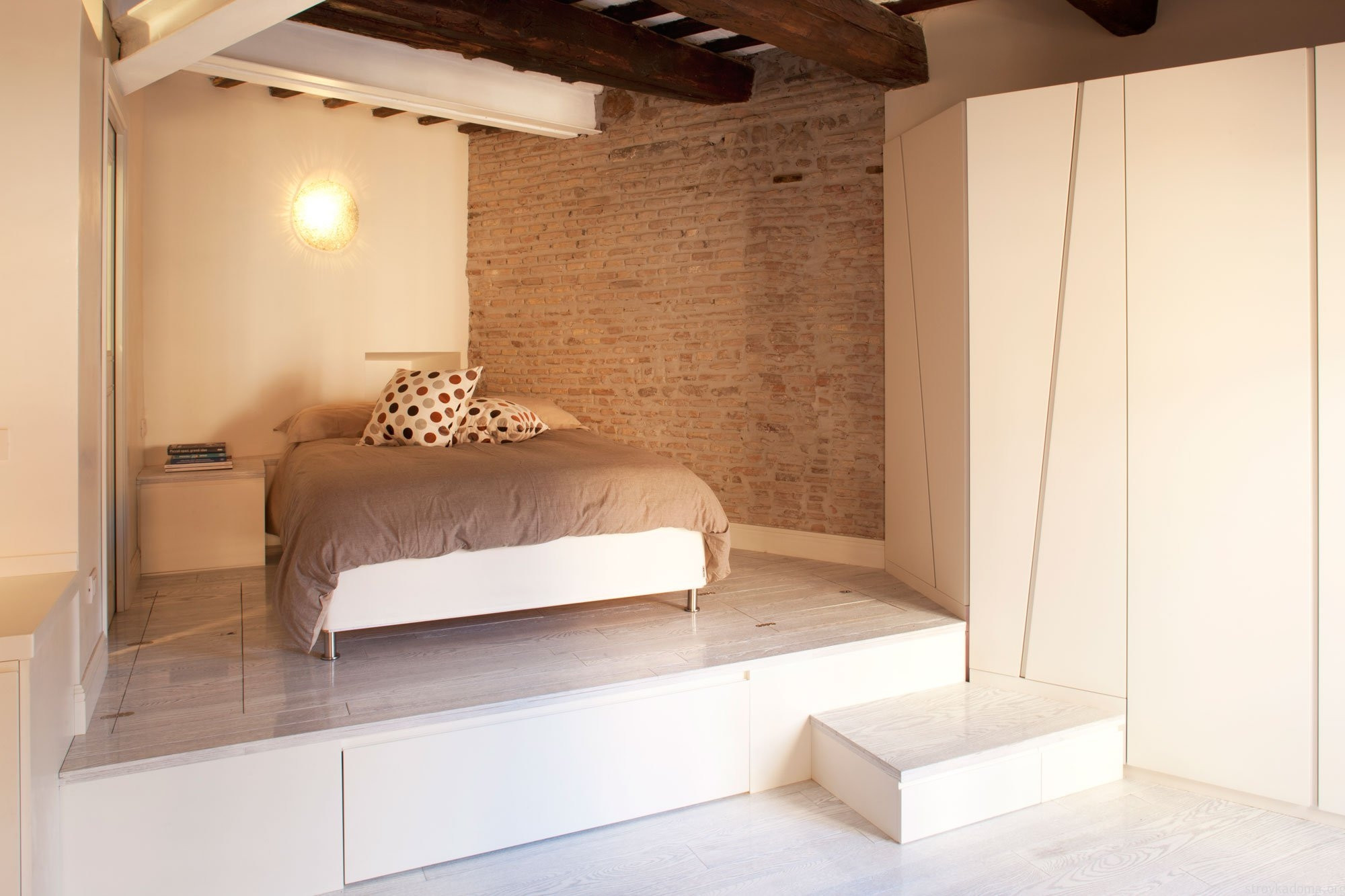 Фото дизайн интерьер спальни кровать на подиуме