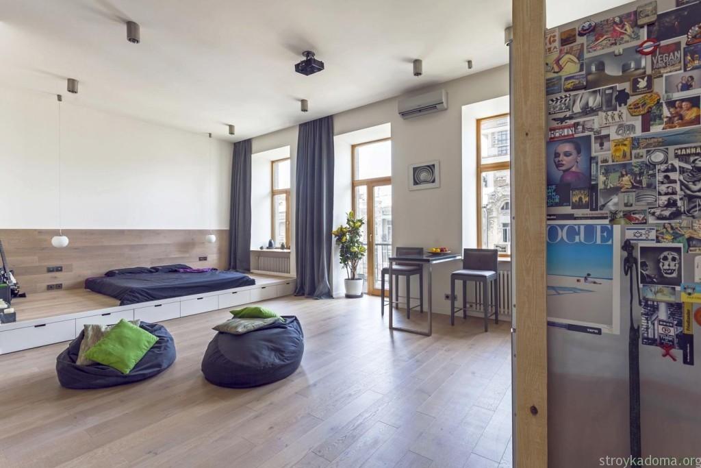 Отличный пример применения подиума в интерьере маленькой квартиры