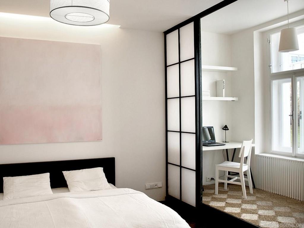 Перегородка между спальней и рабочим местом в маленькой квартире