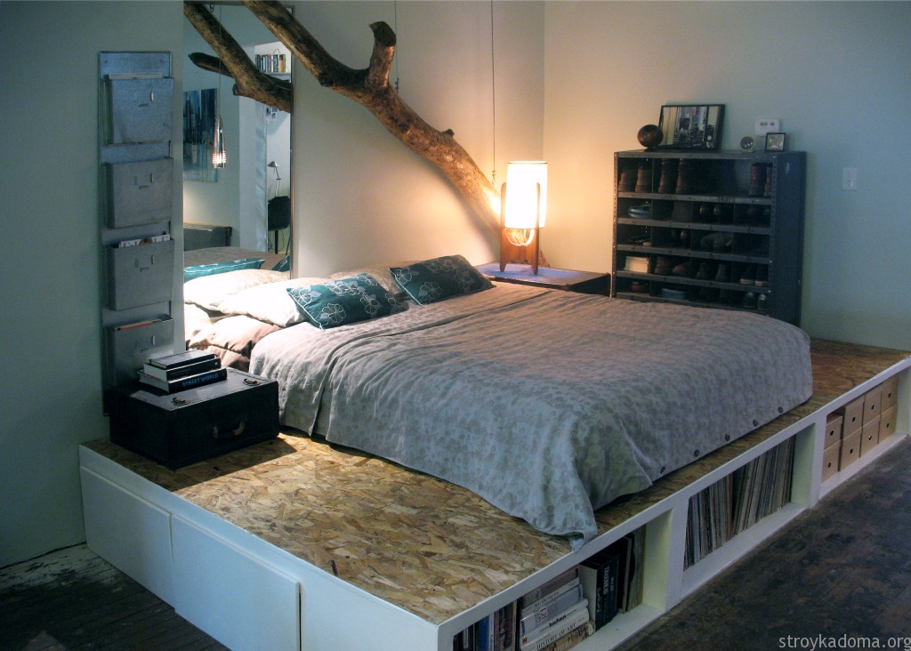 Подиум в спальной зоне маленькой квартиры