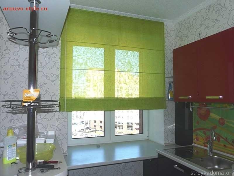 Зеленые римские шторы на кухню