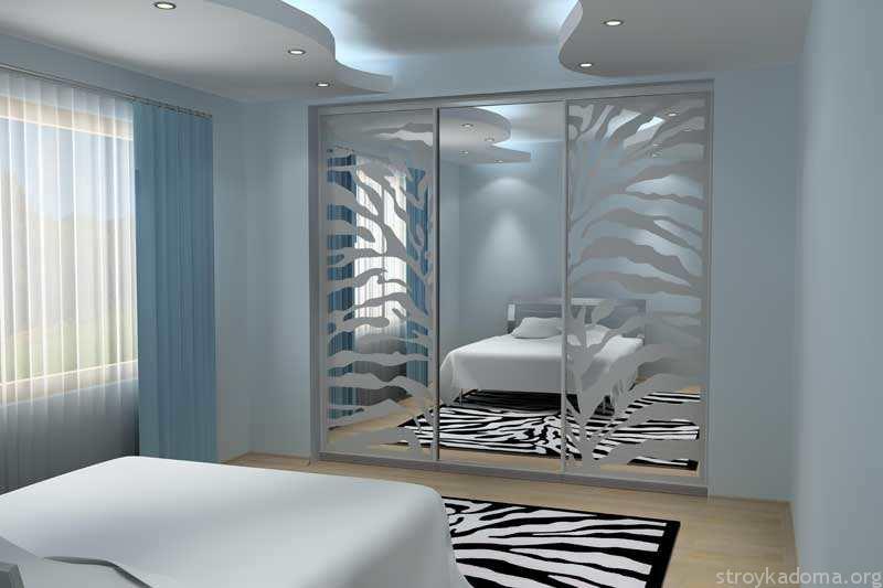 Встроенный трехдверный шкаф у стены спальни
