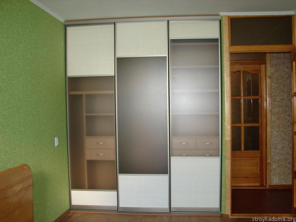 Встроенный гардероб с полупрозрачным фасадом в комнате