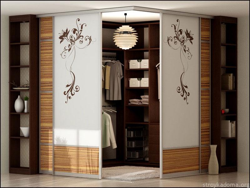 Двери гардероба украшены пескоструйным цветочным узором