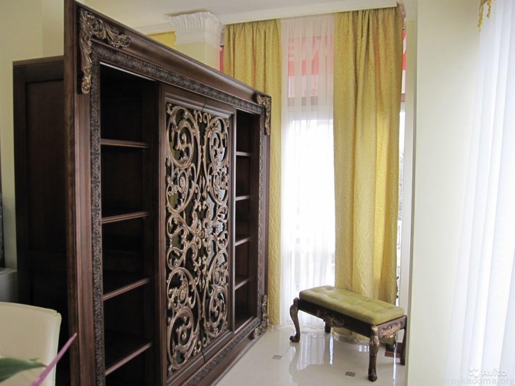 Дверцы шкафа выполнены из массива ясеня с прорезной резьбой