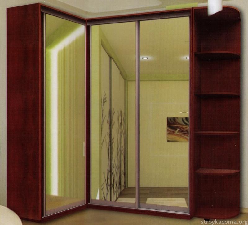 Деревянный угловой шкаф-купе с зеркалами на фасаде