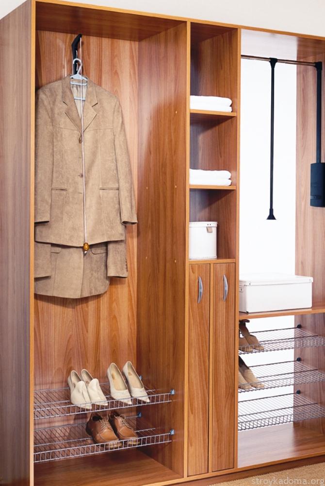 Небольшой гардероб с одеждой на вешалках