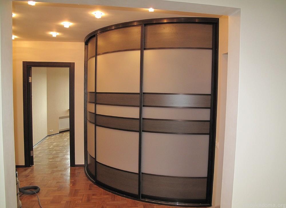 Стильный радиусный шкаф-купе с деревянным фасадом