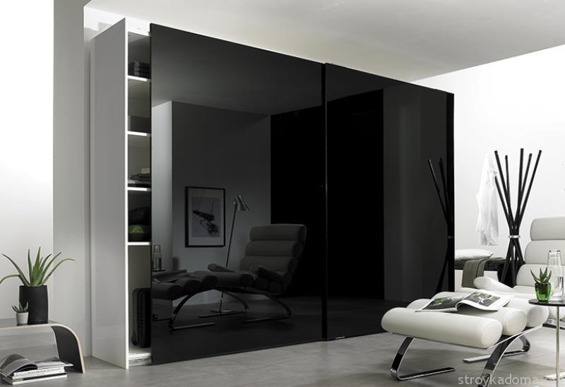 Черный глянцевый гардероб в интерьере