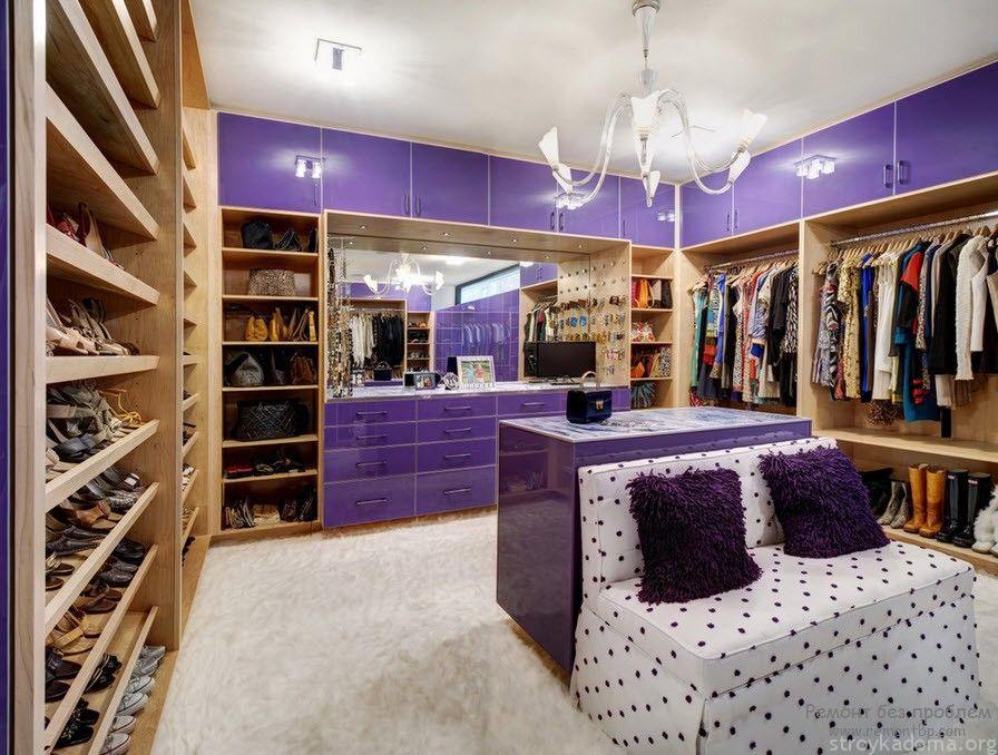 Мебель контрастных цветов поможет зрительно разделить пространство гардеробной
