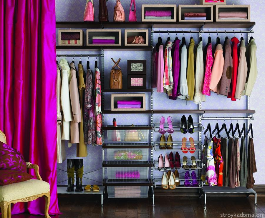 Повседневная одежда поместится даже в маленькую гардеробную. Но в этом случае понадобится отказаться от хранения сезонных вещей или обуви