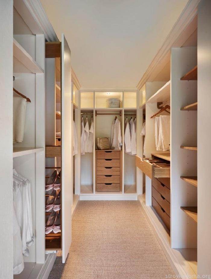 Помещение станет светлее, если выбрать мебель с глянцевой, бликующей поверхностью, от которой будет отражаться верхнее освещение