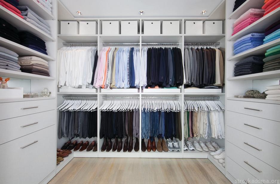 В небольшой гардеробной важно продумать эргономичный дизайн.
