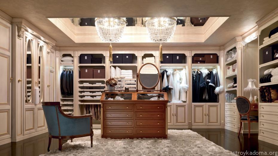 Размеры гардеробной иногда позволяют разместить комод с зеркалом или туалетный столик, это поможет при утренних сборах или нанесении макияжа