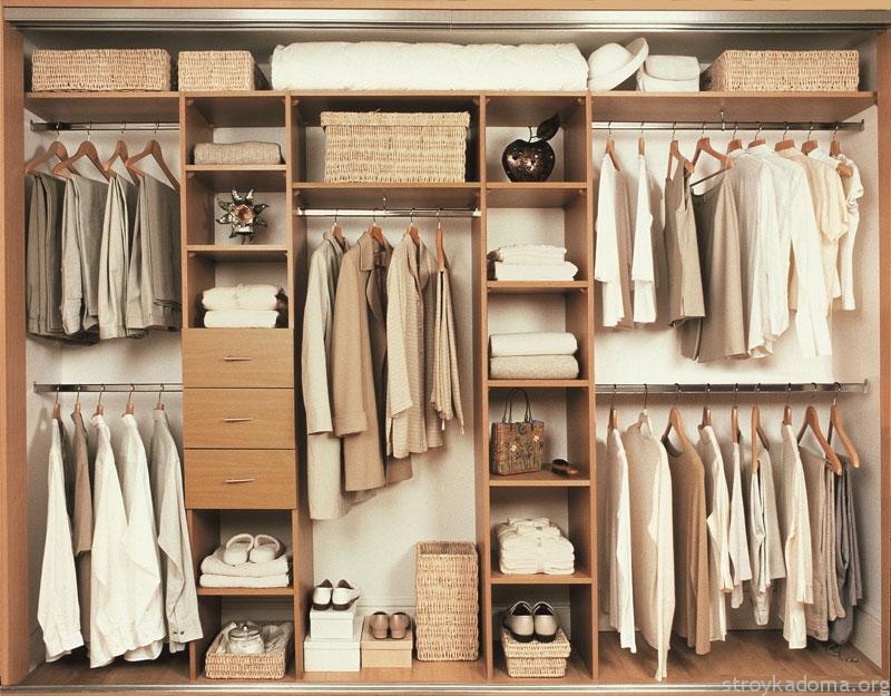 Глубина полок и ячеек важна. Одежда не должна выходить за пределы шкафа. Это же касается вещей на вешалках