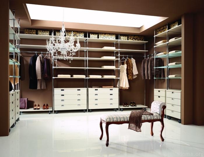 При создании гардеробной главное - распределить пространство правильно.