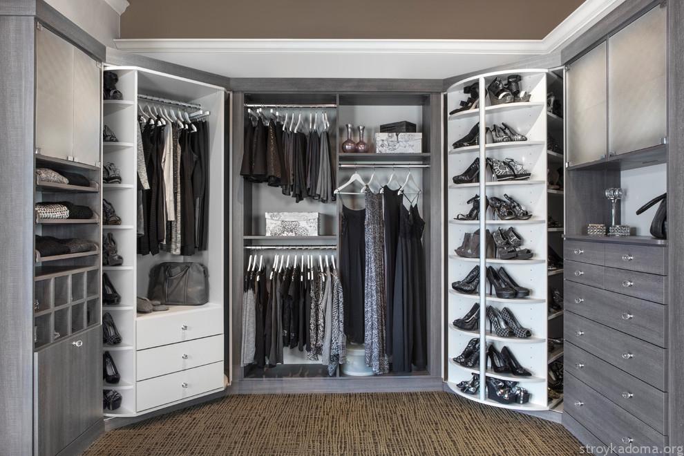 Используйте пространство по максимуму. Сэкономить место помогут шкафы до потолка