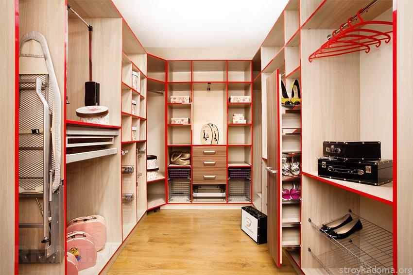 При небольшом количестве вещей часть полок попробуйте выделить для хранения обуви, сезонной одежды, постельных принадлежностей, книг, спортинвентаря