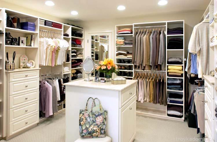Разнотипная мебель поможет обставить комнату стильно и компактно. Одинаковый ряд полок или единственный шкаф быстро вам надоест