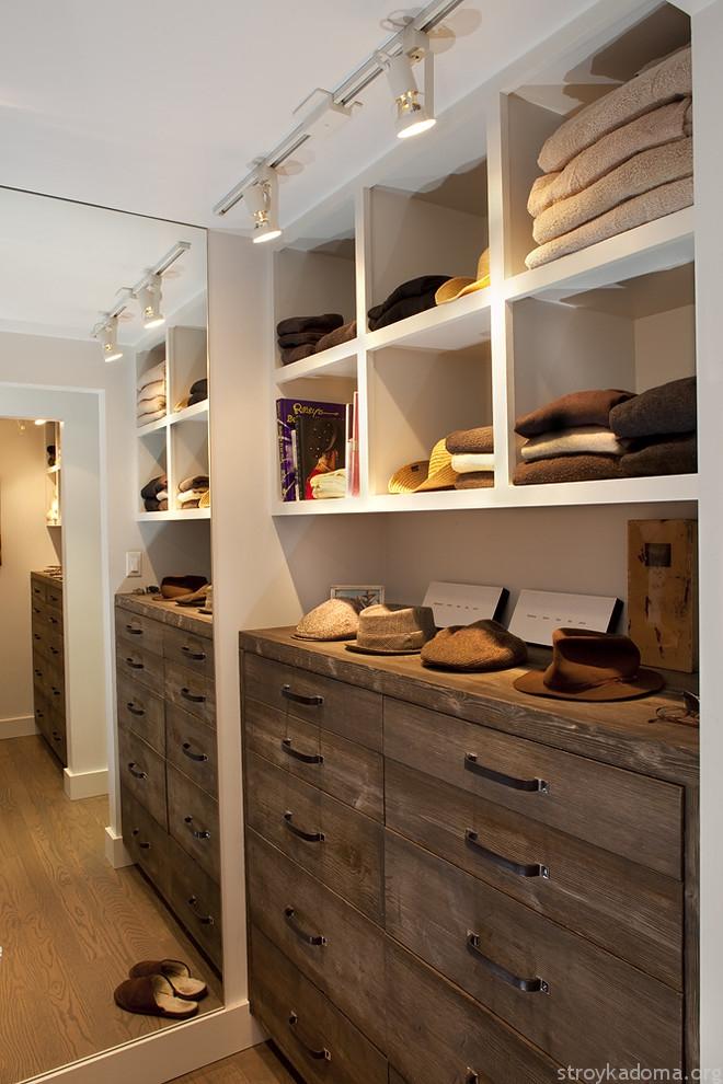 В гардеробной средних размеров элегантно и стильно выглядит деревянная мебель