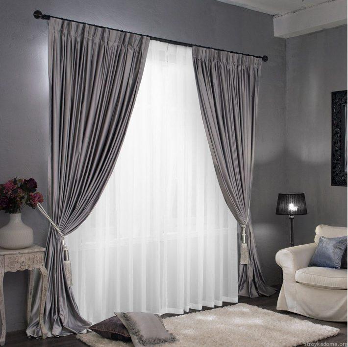 Однотонные светло-серые портьеры и тюль для гостиной в классическом стиле