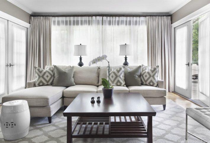 Современная светлая гостиная в молочно-белых и серых тонах