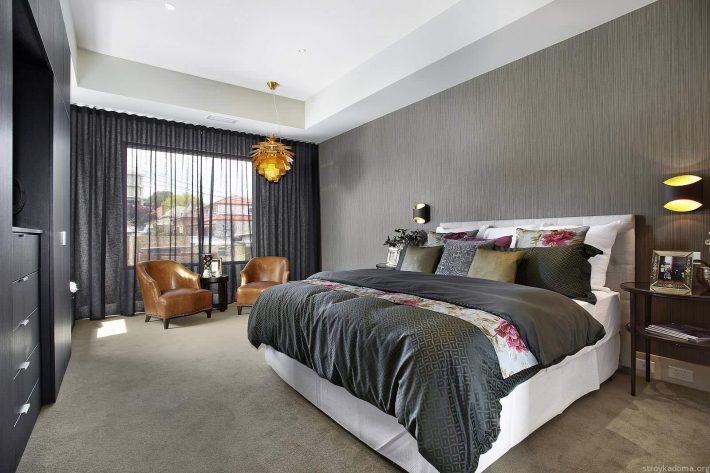 Современная серая комната с тюлем на окне