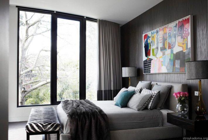 Спальня в серых тонах нуждается в ярких деталях