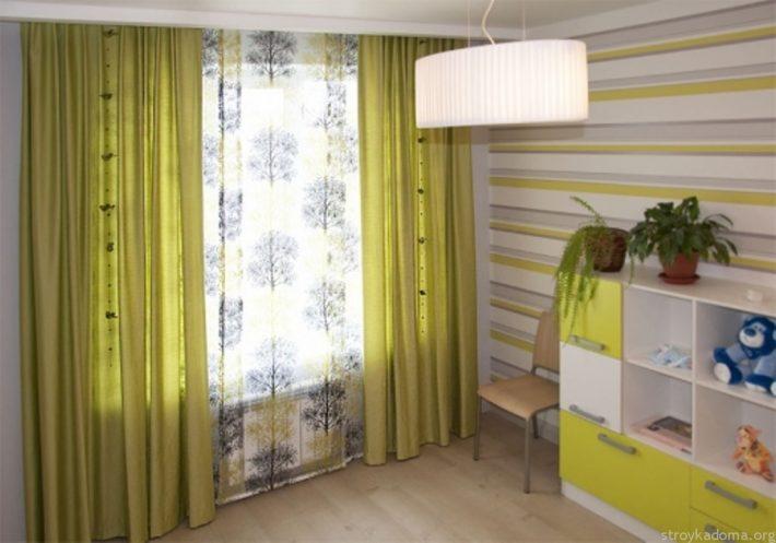 Японские панели из органзы дополняют насыщенно-горчичные шторы