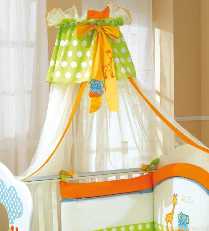 Яркие цвета над кроваткой станут изюминкой детской