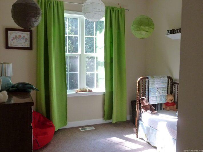 Зеленые портьеры - отличный выбор для маленькой спальни
