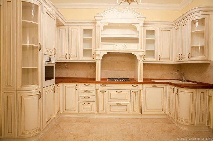 П-образная кухня из сосны