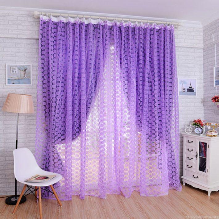 Легкие фиолетовые гардины в комнате школьницы