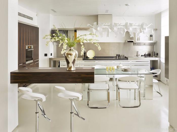 Стеклянный стол и белая кухня