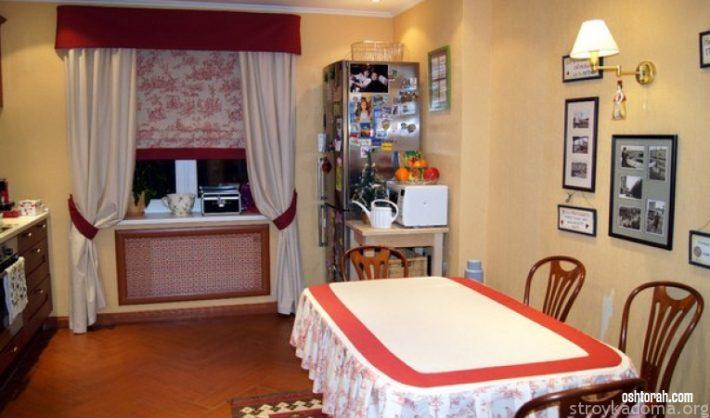 На снимке изображена горизонтальная декоративная драпировка, расположенная в верхней части кухонной шторы