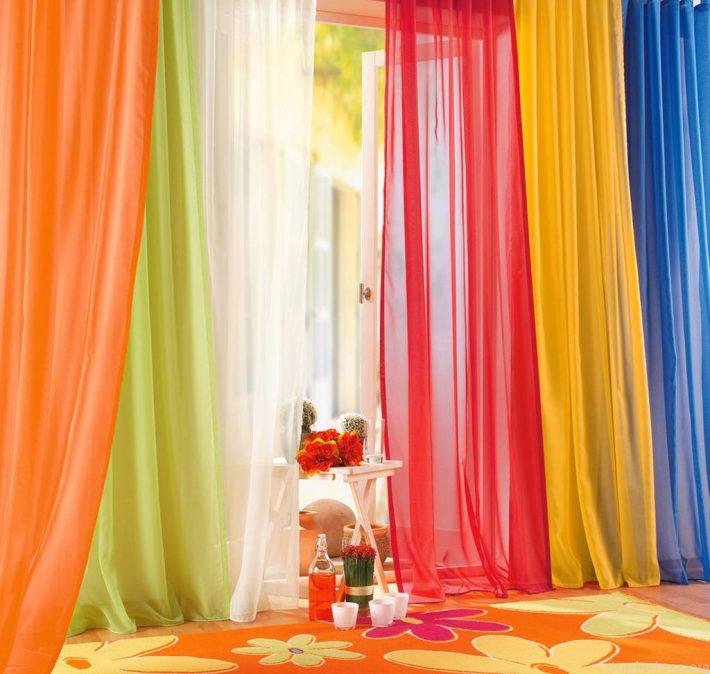 Яркие цвета на окне детской
