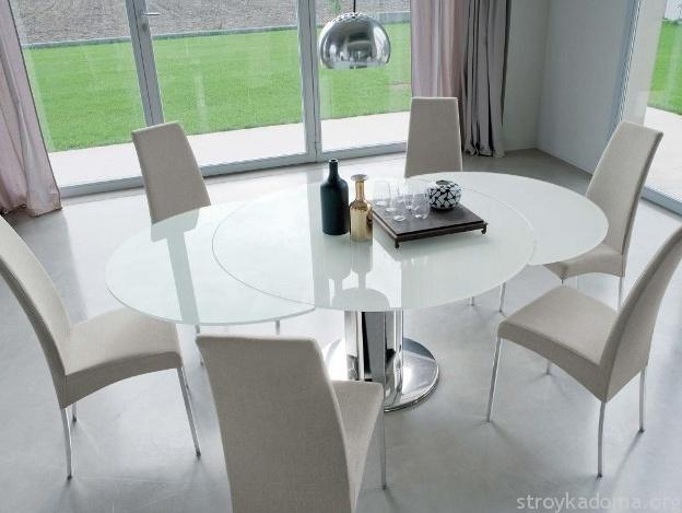 Белый стеклянный стол