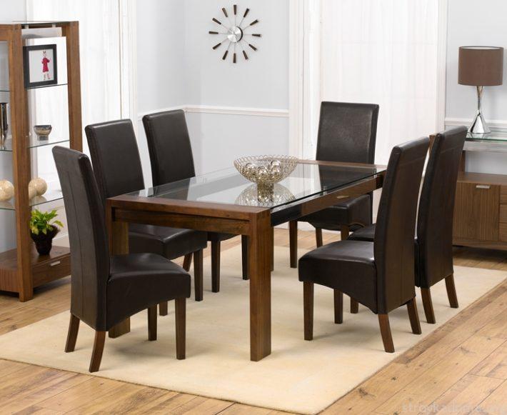 Стол из стелка и темная мебель