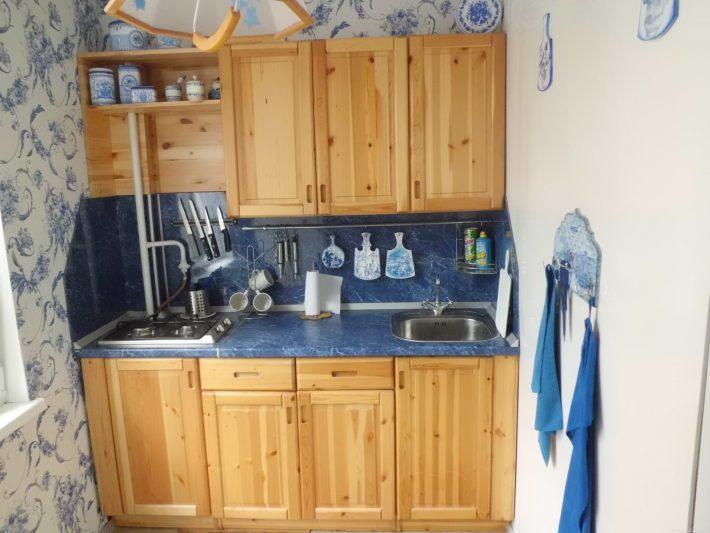 Кухня из сосны в маленькой кухне